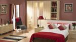 Спалня по поръчка с удължена рамка на леглото и вградени външни полици към гардероба 105-2618