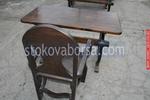 дървена маса с един дървен стол за механа и кръчма