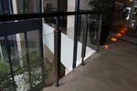 стъклен парапет с дървена рамка
