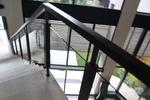 парапет от дърво със стъклена преграда