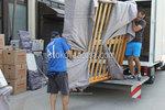 хамалски услуги по качване на мебели и обзавеждане в камион